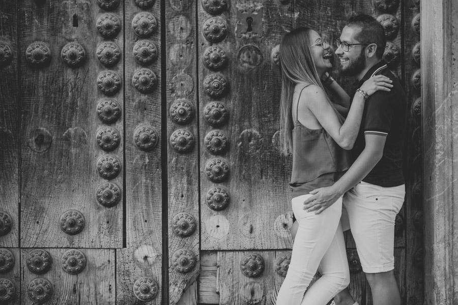 Pre-Boda-en-Granada-Reportaje-de-pareja-en-el-paseo-de-los-tristes-Fran-Ménez-Fotógrafo-de-Bodas-5