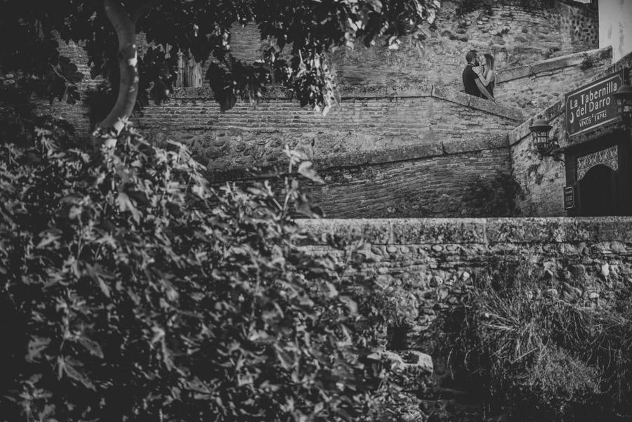 Pre-Boda-en-Granada-Reportaje-de-pareja-en-el-paseo-de-los-tristes-Fran-Ménez-Fotógrafo-de-Bodas-3