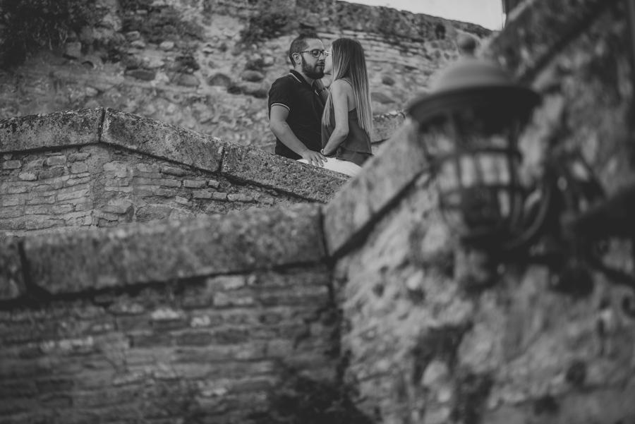 Pre-Boda-en-Granada-Reportaje-de-pareja-en-el-paseo-de-los-tristes-Fran-Ménez-Fotógrafo-de-Bodas-4